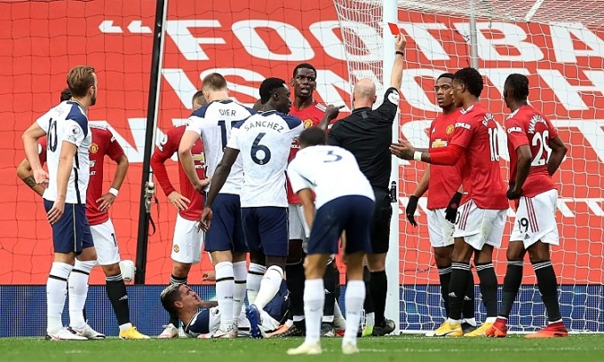 Trọng tài rút thẻ đỏ với Martial sau khi Lamela nằm sân ăn vạ. Ảnh: PA.