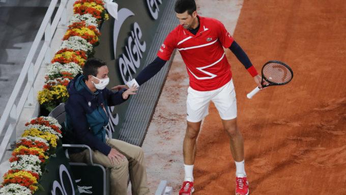 Djokovic hỏi thăm trọng tài sau sự cố. Ảnh: AFP.