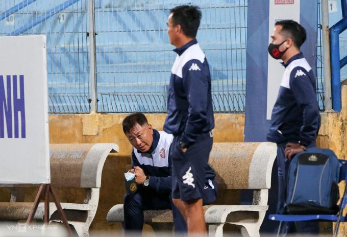 HLV Chung Hae-soung ngồi bên khán đài B sau trận thua Hà Nội 0-2 ngày 10/10.