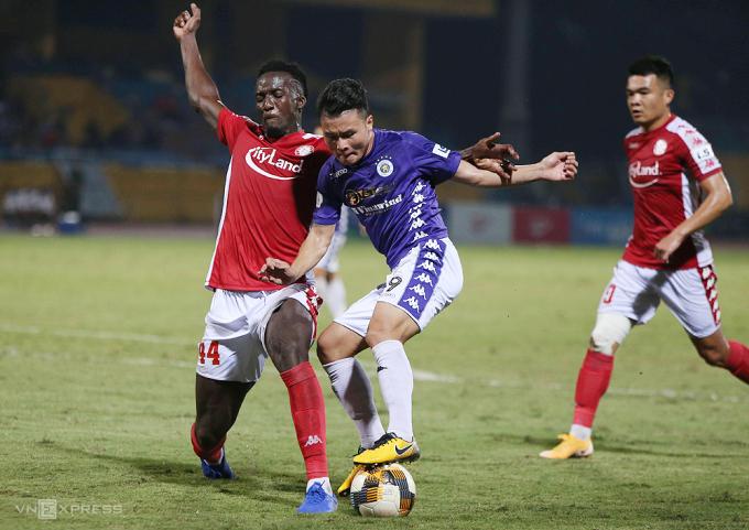 Diakinte tranh chấp với Quang Hải và bị thổi phạt 11m trong trận TP HCM thua Hà Nội 0-2 tại Hàng Đẫy ngày 10/10. Ảnh: Ngọc Tú