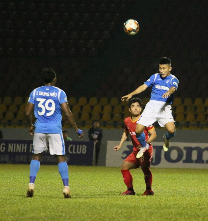 Quảng Ninh (áo xanh) có thể định đoạt cục diện cuộc đua ở phía trên tranh ngôi vô địch. Ảnh: VPF.