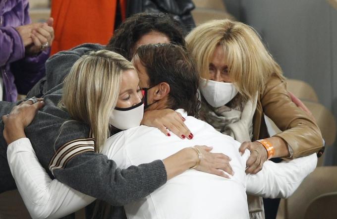 Nadal lên khán đài chia vui cùng người thân và gia đình, sau khi bảo vệ thành công danh hiệu Roland Garros. Ảnh: AFP.