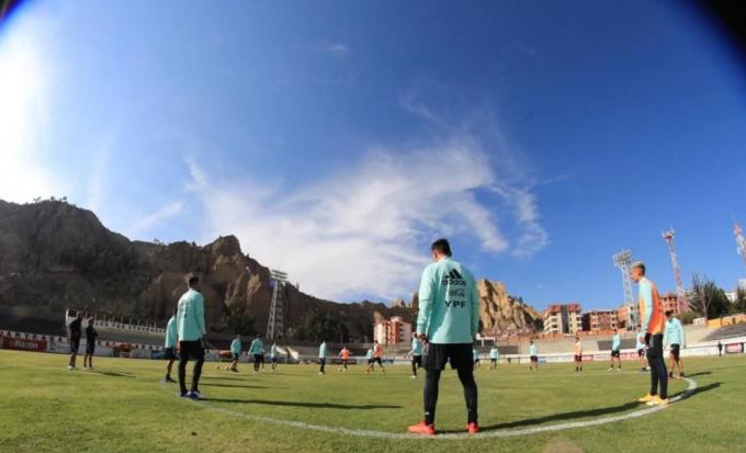 Messi và đồng đội có mặt tại La Paz bay ngày trước trận đấu, để làm quen với bầu không khí loãng trên cao nguyên này. Ảnh: AFA.
