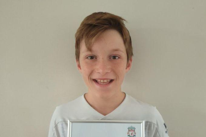 Cậu bé Lewis cầm trên tay bức thư từ Klopp, đã được gia đình cậu đóng khung bảo quản cẩn thận. Ảnh: Milena Balfe.