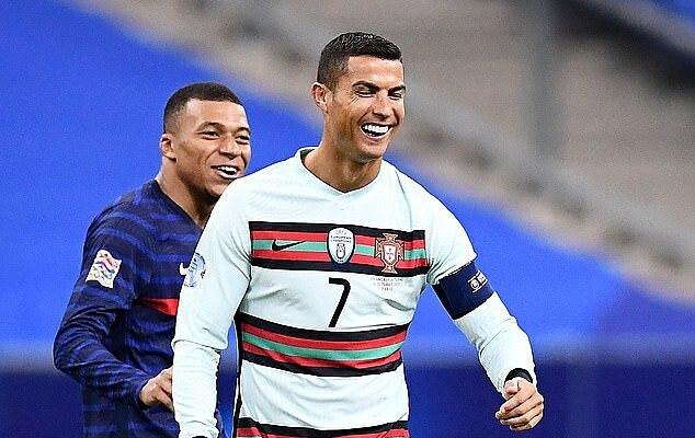 Ronaldo có nhiều cử chỉ thân mật với Mbappe trong trận đấu với Pháp. Ảnh: AFP.