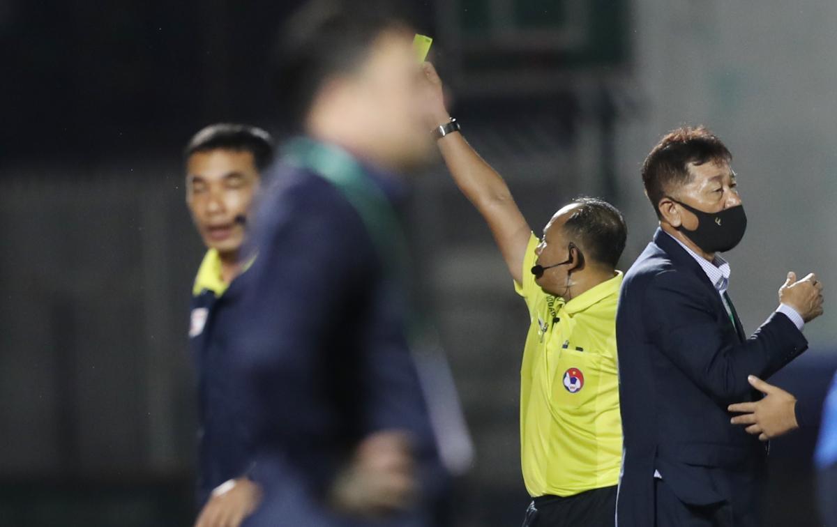 Trọng tài phạt nhầm thẻ đỏ ở V-League