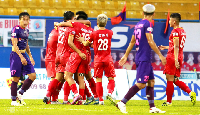 Cầu thủ Bình Dương ăn mừng sau khi được thủ môn Phạm Văn Phong biếu bàn thắng mở tỷ số trong trận đấu chiều 14/10. Ảnh: Anh Đức