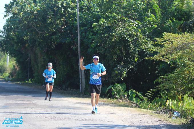 Bảo vệ, chăm sóc đôi chân sau chấn thương là ưu tiên hàng đầu của mọi runner. Ảnh: VnExpress Marathon Quy Nhơn 2020.