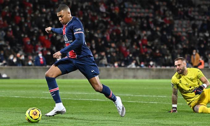 Mabppe trong tình huống lừa qua thủ môn Nimes, mở tỷ số ở phút 32. Ảnh: PSG.fr