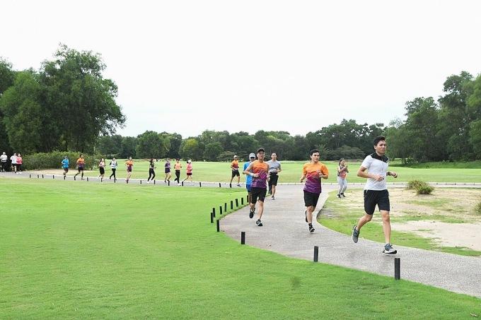 Runner có thể tìm sự hỗ trợ từ gia đình, bạn bè hoặc dùng mạng xã hội kết nối với những người có chung đam mê, lập thành nhóm chạy.