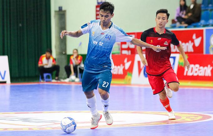 Vietfootball (áo trắng) lần đầu tiên giành chiến thắng sau 15 trận toàn thua.