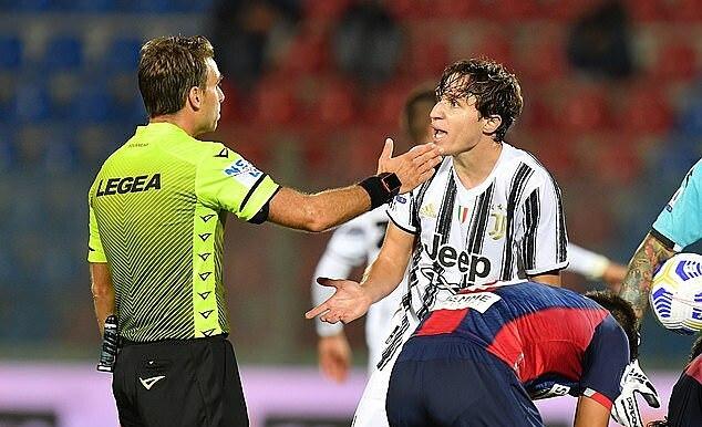 Federico Chiesa (phải) nhận thẻ đỏ ở phút 60. Ảnh: EPA.