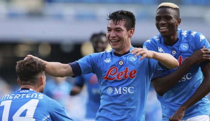 Lozano (giữa) chia vui với đồng đội Napoli sau khi lập cú đúp trên sân San Paolo hôm 17/11. Ảnh: La Presss via AP