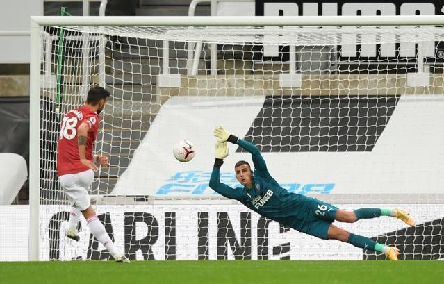 Cú sút 11m của Fernandes bị thủ thành Karl Darlow cản lại, trong trận đấu trên sân St James Park. Ảnh: Reuters.