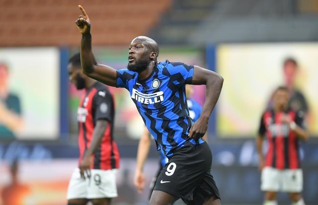 Lukaku mừng bàn rút ngắn cho Inter. Ảnh: Reuters.