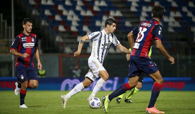 Morata trong vòng vây hậu vệ Crotone. Ảnh: JFC.