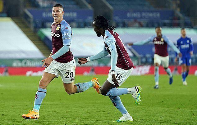 Barkley (trái) ghi bàn mang về 3 điểm cho Aston Villa ở phút bù giờ đầu tiên. Ảnh: AFP.