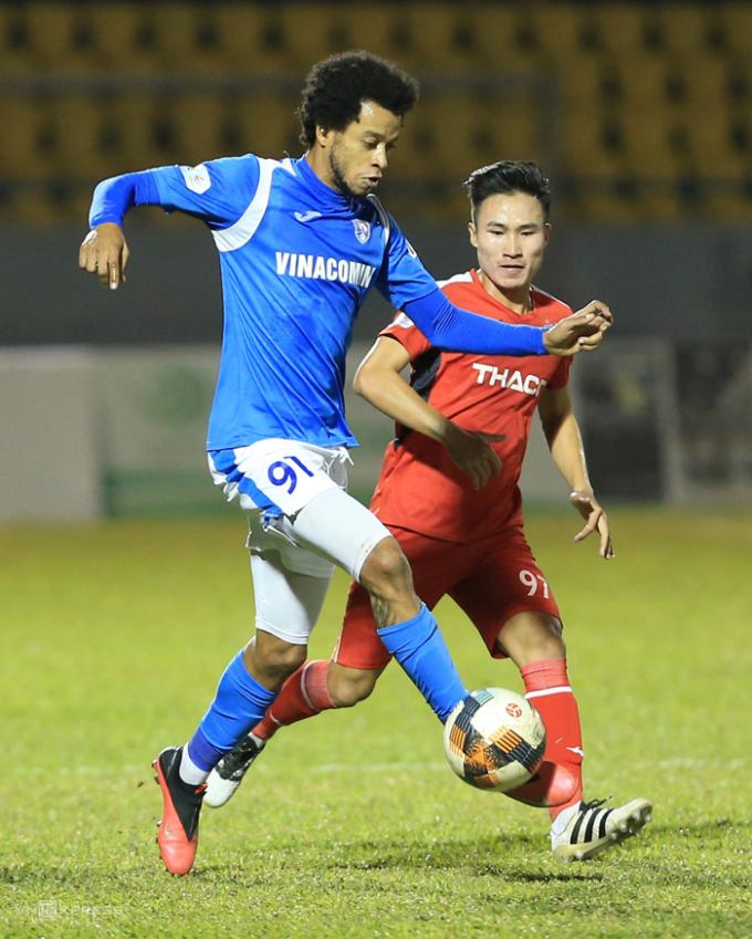 Jermie Lynch in dấu giày trong tất cả các bàn thắng của Quảng Ninh, ở trận thắng HAGL 3-1.