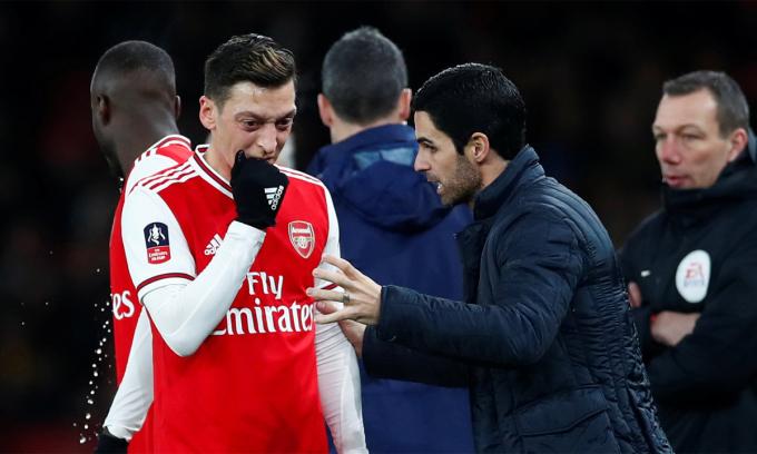 Ozil thường xuyên đá chính khi Arteta mới nhậm chức ở Arsenal trước khi bóng đá Anh ngưng trệ vì Covid-19. ẢNh: Reuters.