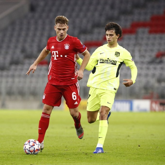 Kimmich (trái) trong sự truy kèm của Felix. Ảnh: FCB.