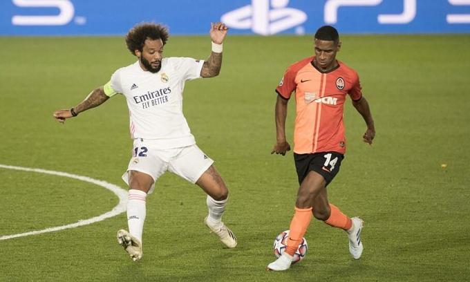 Pha giật gót kỹ thuật của Tete (phải) - cầu thủ hay nhất trận - để kiến tạo cho Solomon ghi bàn. Ảnh: Mundo Deportivo