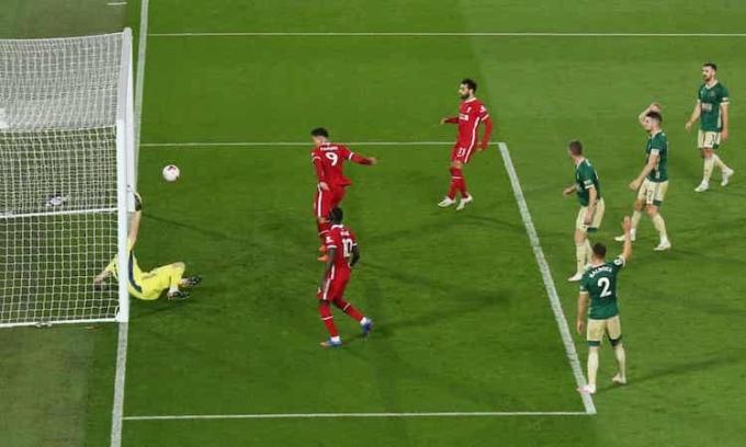 Hàng thủ Sheffield không kèm Firmino ở bàn gỡ hoà 1-1 của Liverpool. Ảnh: Reuters.