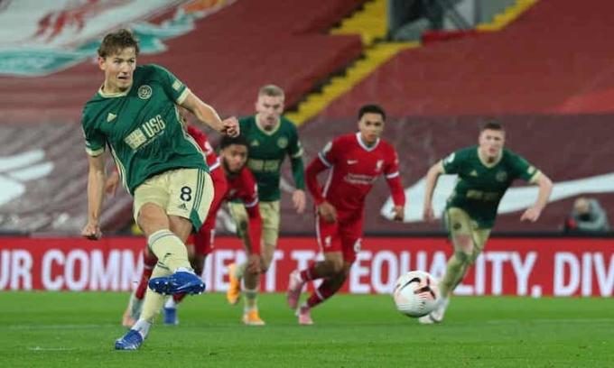 Bàn mở tỷ số trên chấm phạt đền của Berge không thể giúp Sheffield United giành điểm tại Anfield. Ảnh: Reuters.