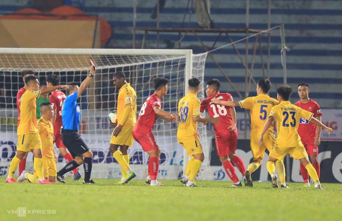 Văn Hạnh lao vào trọng tài khi bị truất quyền thi đấu trong trận thắng 3-2 trên sân Thiên Trường ngày 25/10.