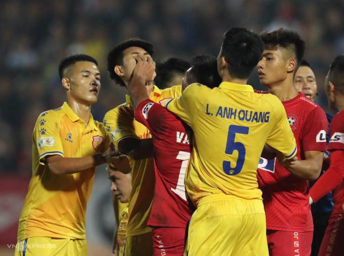 Văn Hạnh tấn công Văn Hiếu trong trận Hải Phòng thắng Nam Định 3-2 ngày 25/10.