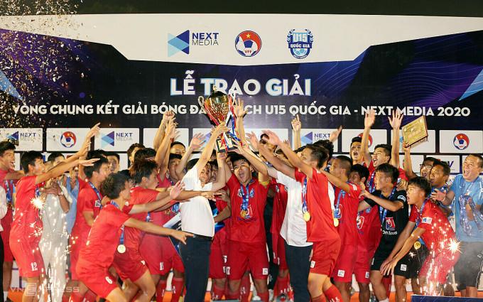 Các cầu thủ U15 PVF nâng cao chức  vô địch trên sân Gò Đậu, Bình Dương. Ảnh: Đức Đồng.