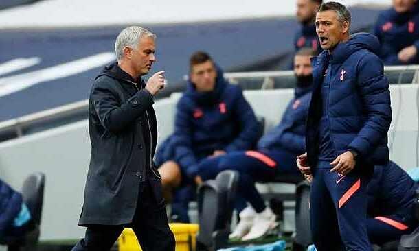 Mourinho (trái) từng nổi giận với VAR khi Tottenham rơi điểm trước Newcastle hôm 28/9. Ảnh: Reuters