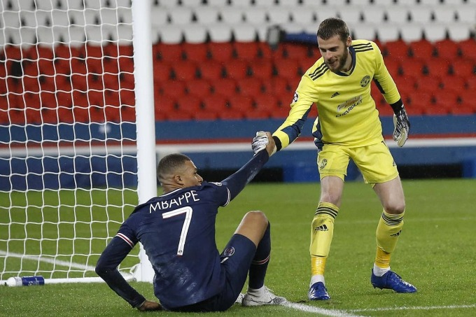 Man Utd (phải) vừa đả bại PSG ở trận ra quân Champions League, nhưng không được đánh giá cao hơn đội khách Leipzig. Ảnh: AP