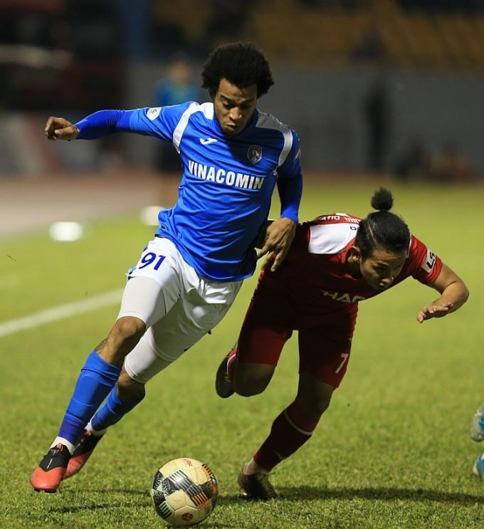Quảng Ninh (áo xanh) đang ở vị thế ngọa hổ tàng long, khi còn nguyên cơ hội vô địch dù đứng thứ tư.