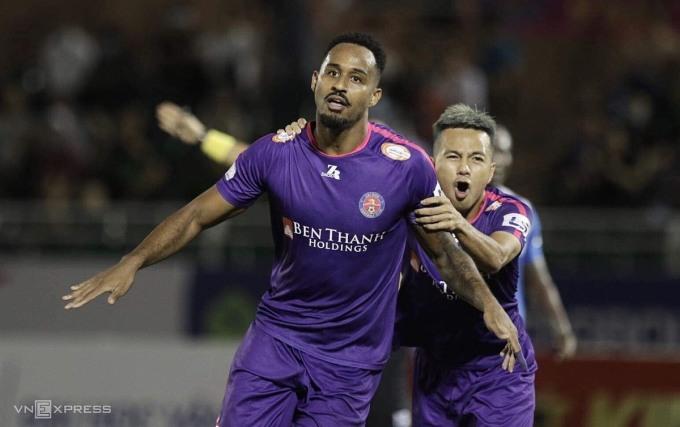 Pedro (trái) lập cú đúp để độc chiếm ngôi đầu danh sách vua phá lưới với 11 bàn. Ảnh: Đức Đồng.