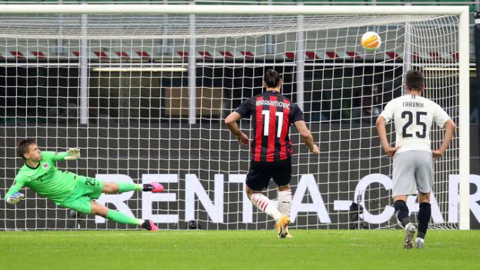 Ibrahimovic hỏng ăn trong pha đá phạt đền ở phút 36. Ảnh: ANSA