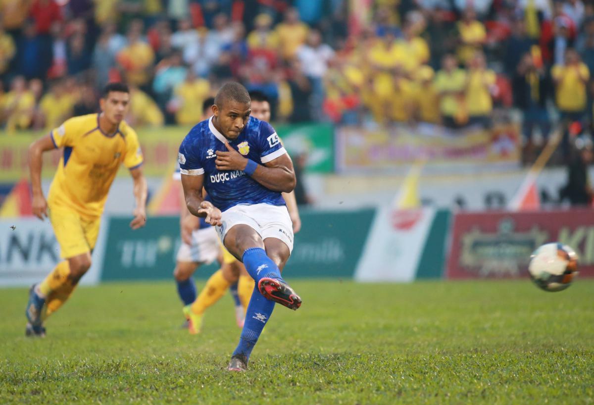 Cầu thủ Nam Định quỳ gối trước CĐV