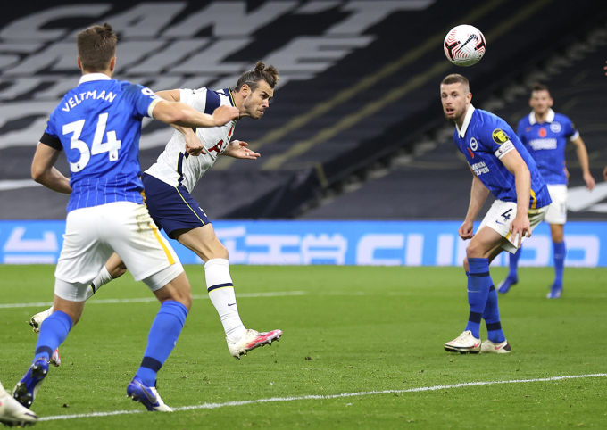 Bale trong tình huống đánh đầu ghi bàn ở phút 73. Ảnh: AP