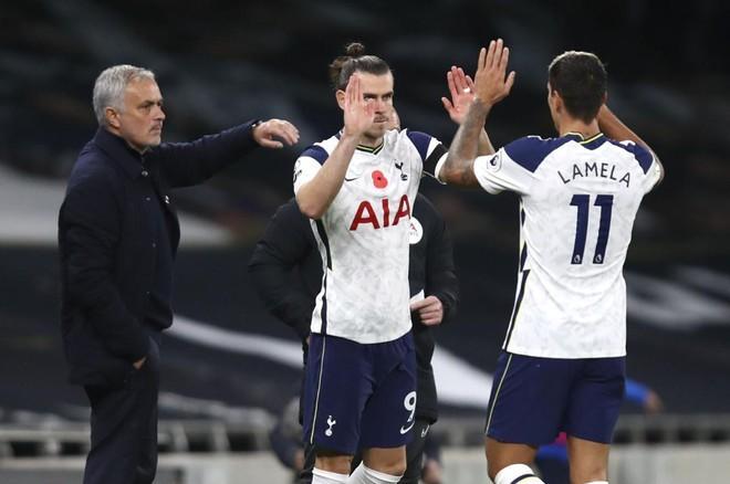 Bale (giữa) vào thay Lamela và ghi bàn quyết định giúp Tottenham thắng Brighton 2-1. Ảnh: AFP.