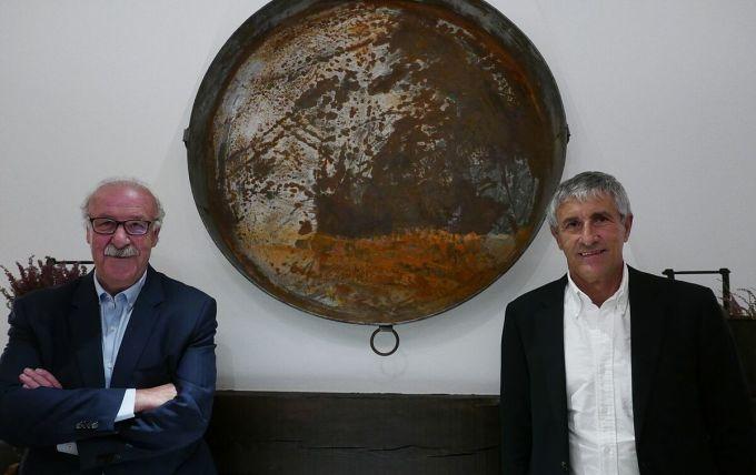 Cựu HLV Del Bosque (trái) và Setien trong cuộc trò chuyện mới đây. Ảnh: El Pais.