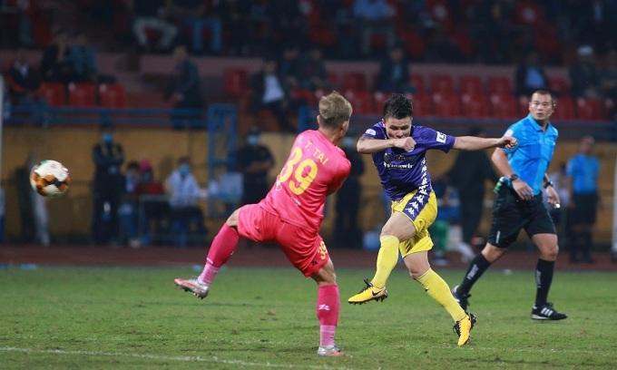 Pha vô-lê ghi bàn ở đầu hiệp hai của Quang Hải mở ra chiến thắng cho Hà Nội. Ảnh: Lâm Thỏa.