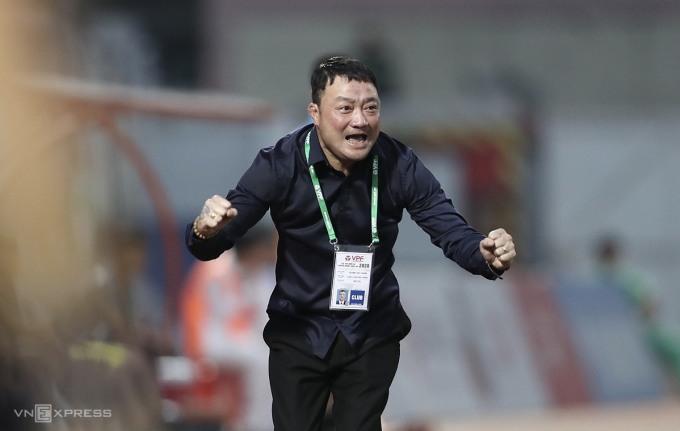HLV Trương Việt Hoàng ăn mừng sau khi Bruno đánh đầu mở tỷ số trận Viettel thắng Sài Gòn ở lượt cuối giai đoạn I V-League 2020. Ảnh: Đức Đồng.
