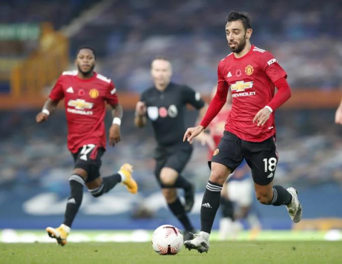 Tại Man Utd lúc này, chỉ duy nhất Bruno Fernandes (phải) chơi ổn định. Ảnh: Reuters.