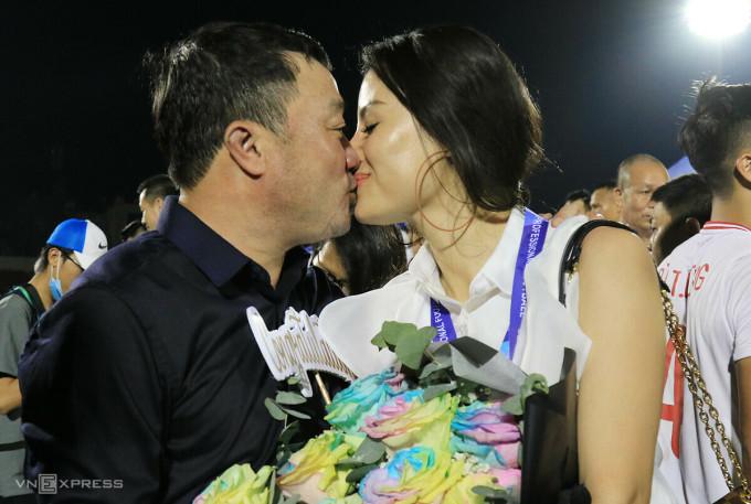 HLV Trương Việt Hoàng dành nụ hôn tăng vợ, trong lúc ăn mừng chức vô địch của Viettel trên sân Thống Nhất. Ảnh: Đức Đồng.