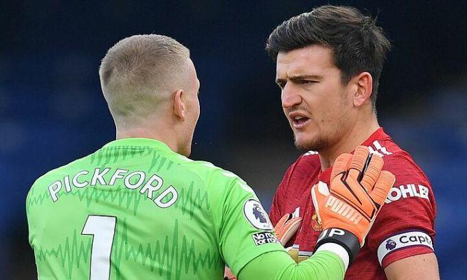 Maguire tranh cãi sau tình huống anh bị thủ môn Pickford phạm lỗi trong cấm địa, nhưng trọng tài không phạt. Ảnh: Reuters