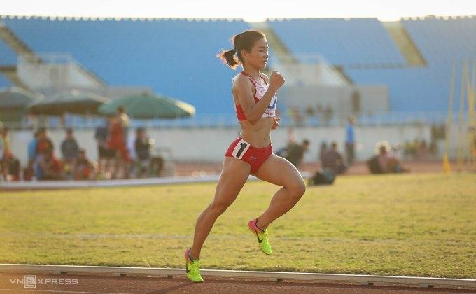 Nguyễn Thị Oanh dễ dàng chiến thắng ở cự ly sở trường 10.000m trên sân Mỹ Đình chiều 13/11. Ảnh: Kim Hoà.