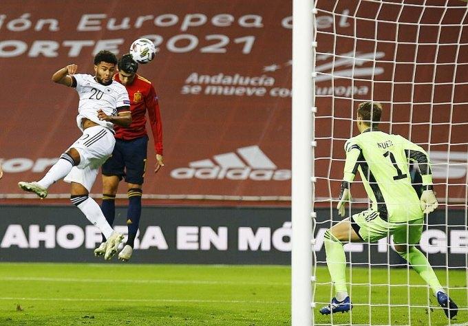 Morata (áo đỏ) mở màn cho chiến thắng đậm đà bằng cú đánh đầu chính xác ở phút 17. Ảnh: Reuters.