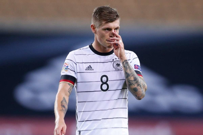 Kroos và đồng đội trải qua buổi tối ác mộng ở Seville. Ảnh: Goal.