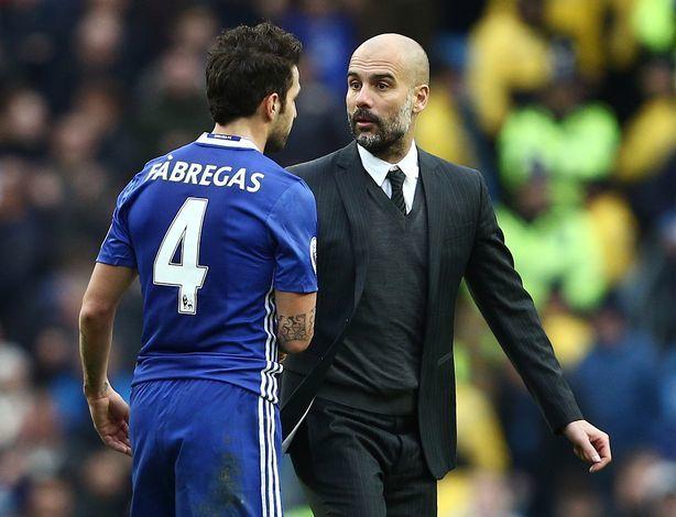 Guardiola (phải) thường phớt lờ hoặc tỏ ra hời hợt với trò cũ Fabregas, mỗi khi thầy trò gặp nhau trên sân. Ảnh: Reuters
