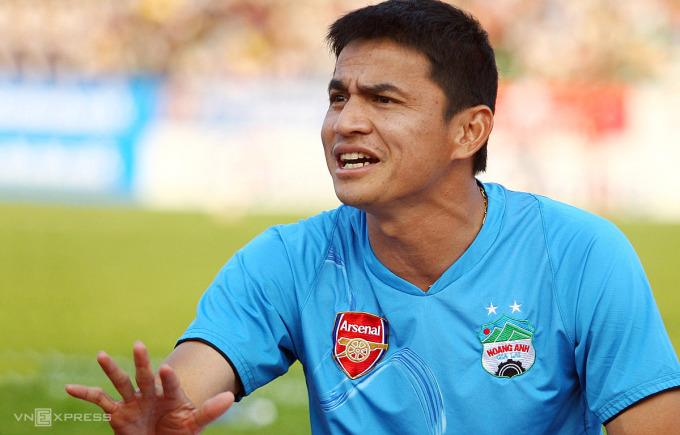 HLV Kiatisuk khi còn dẫn dắt HAGL ở V-League 2010. Ảnh: Đức Đồng.