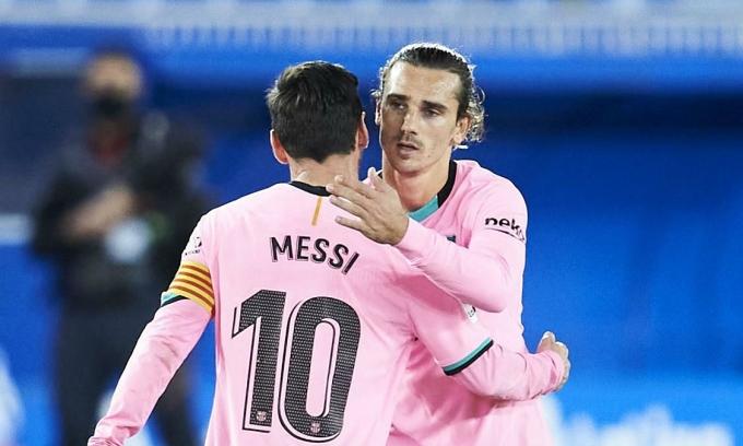 Messi giúp Griezmann ghi bàn đầu tiên mùa này ở trận thắng Betis. Ảnh: AS